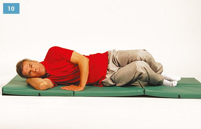 Ćwiczenie w leżeniu na boku, dolna ręka pod głową górna oparta o materac