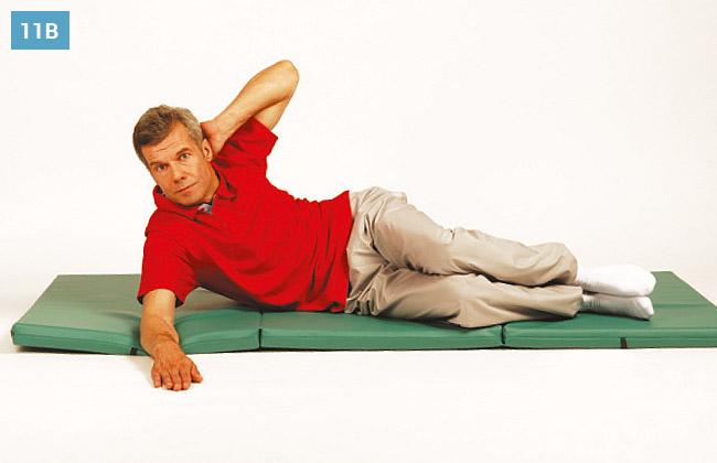 Ćwiczenie w leżeniu na boku, podnoszenie tułowia z ręką opartą na karku