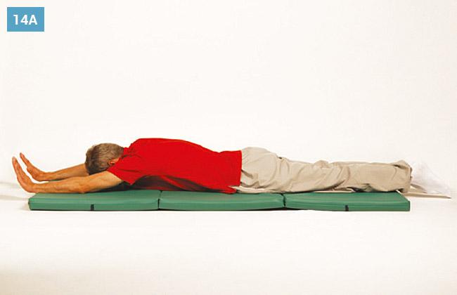 Ćwiczenie w leżeniu na brzuchu, wyprostowane ręce nogi i unoszenie ich do góry naprzemiennie
