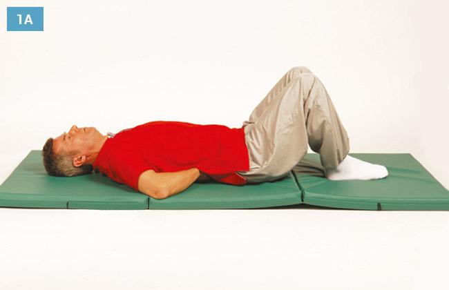 Ćwiczenie w leżeniu na plecach z ugiętymi kolanami stopy na materacu i dłonie pod kręgosłupem