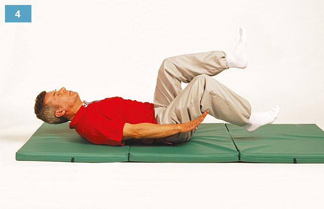 Ćwiczenie w leżeniu na plecach, głowa uniesiona, ręce nad materacem, nogi wykonują rowerek