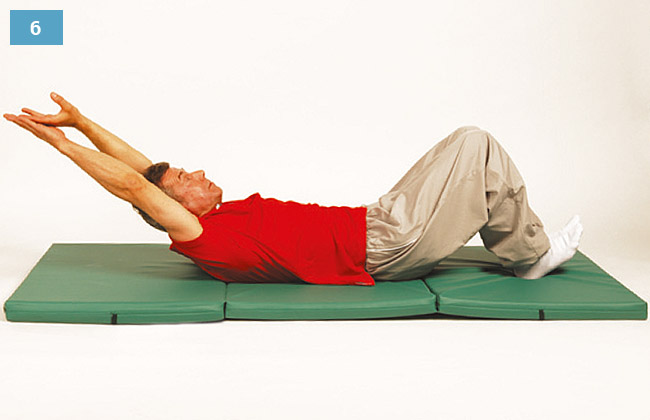 Ćwiczenie w leżeniu na plecach, głowa uniesiona, ręce splecione nad głową, pięty oparte na materacu