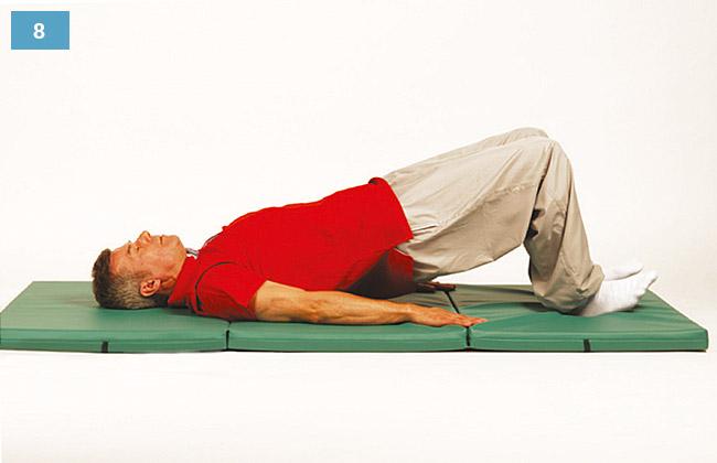Ćwiczenie w leżeniu na plecach, pięty oparte na materacu, kolana zgięte, biodra unoszone w górę