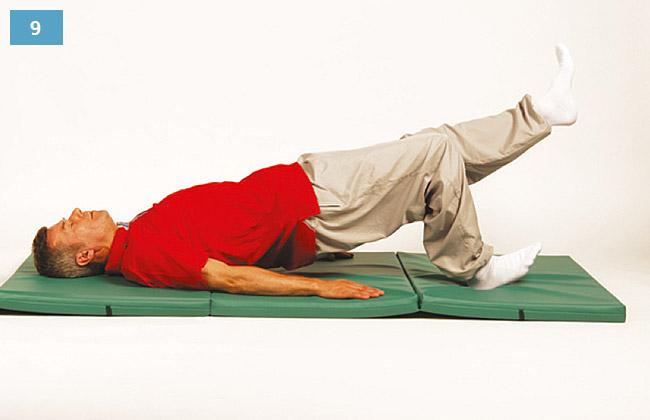 Ćwiczenie w leżeniu na plecach, jedna noga zgięta druga wyprostowana, biodra unoszone w górę