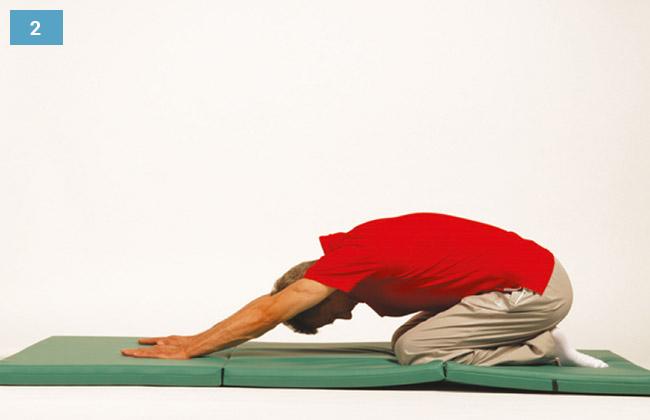 Ćwiczenie w klęku podpartym siadając na piętach wykonując skłon no przodu