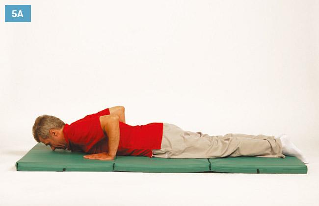 Ćwiczenie w leżeniu na brzuchu ręce oparte o materac zginając łokcie