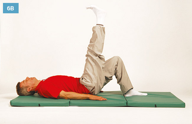 Ćwiczenie w leżeniu na plecach unoszenie wyprostowanej nogi do góry druga noga oparta na materacu