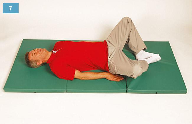Ćwiczenie w leżeniu na plecach rozszerzanie szeroko kolan ze złączonymi stopami