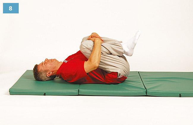 Ćwiczenie w leżeniu na plecach przyciąganie kolan do brzucha