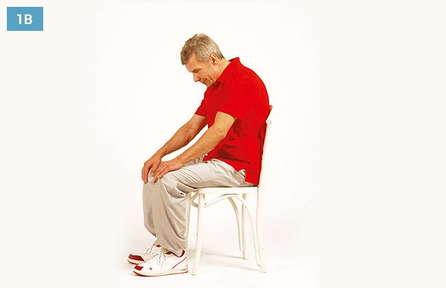 Ćwiczenie w siadzie na krześle, ręce oparte na kolanach, wysunięta głowa do przodu