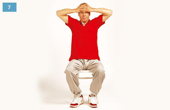 Ćwiczenie w siadzie na krześle, dłonie splecione na czole