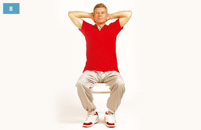 Ćwiczenie w siadzie na krześle, dłonie splecione na karku