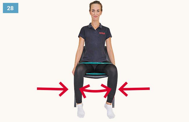 Ćwiczenie wzmacniające mięśnie odwodziciele uda w pozycji siedzącej