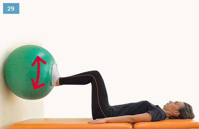 Ćwiczenie czucia głębokiego kończyn dolnych - prostowanie kończyn i wciskanie piłki