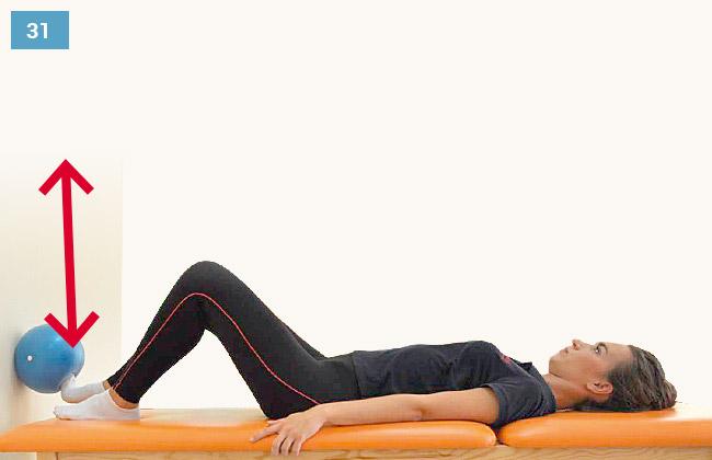 Ćwiczenie czucia głębokiego kończyn dolnych - wyprost kończyn i wciskanie piłki